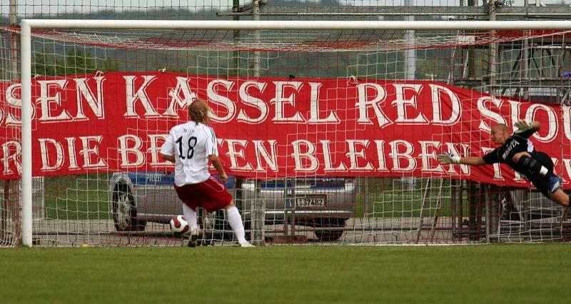 Daniel Beyer (li.) erzielt das 1:0 f�r Kassel - Florian Stahl geschlagen.