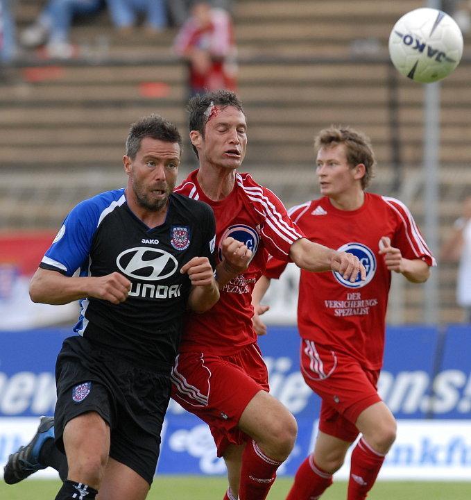 im harten Zweikampf Markus Gaubatz (FSV Frankfurt) (L) und Michael K�mmerle (KSV Hessen Kassel) (M), Martin Scholze (KSV Hessen Kassel) (R)