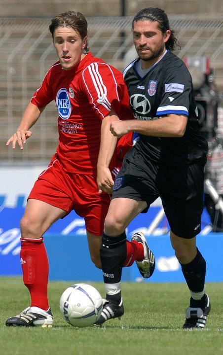 Zweikampf zwischen Jan Fie�er (KSV Hessen Kassel) (L) und Angelo Barletta (FSV Frankfurt) (R)