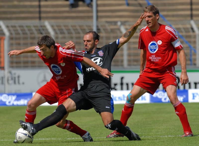 Kampf um den Ball zwischen Erich Strobel (KSV Hessen Kassel) (L), Matias Cenci (FSV Frankfurt) (M), Thorsten Sch�newolf (KSV Hessen Kassel) (R)