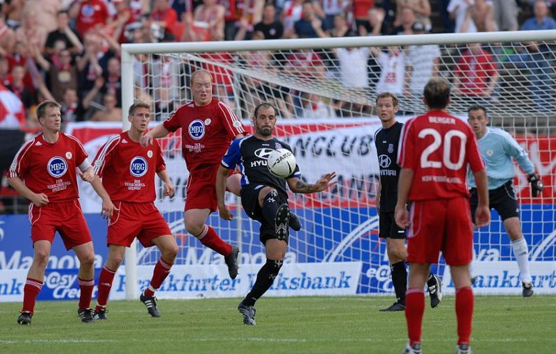 im KSV Hessen Strafraum: Matias Cenci (FSV Frankfurt) (M) am Ball