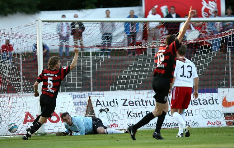 Das 1:0 f�r den FC, Oliver Adler geschlagen,  Michael Schmidberger (L) und Malte Metzelder jubeln