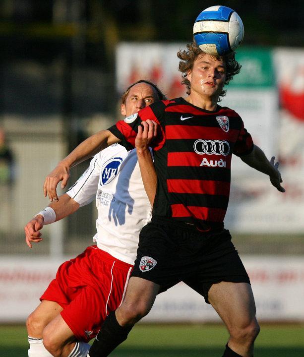Daniel Beyer (hinten) im Kampf um das Leder gegen Michael Schmidberger (FC Ingolstadt)