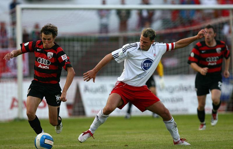 Kampf um den Ball zwischen Andreas Buchner (L) und Denis Berger