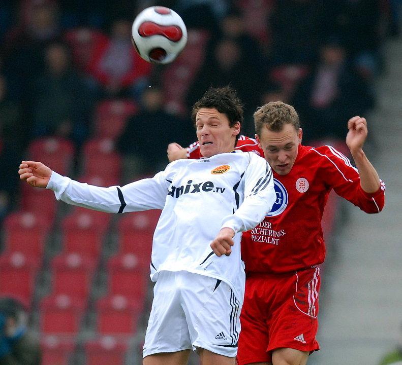 Kopfballduell Timo Schlabach (FSV Ludwigshafen-Oggersheim) (L) und Dominik Suslik (KSV Hessen Kassel) (R)