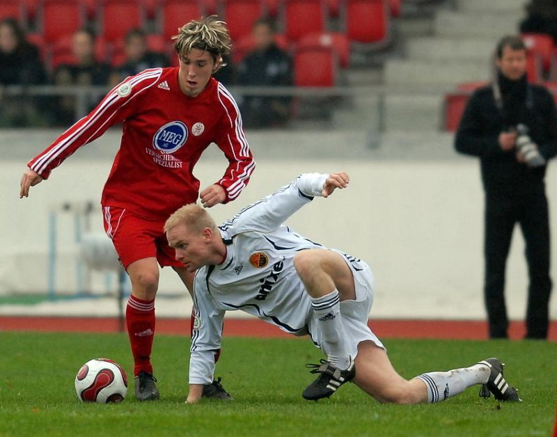 Jan Fie�er (KSV Hessen Kassel) gegen den heutigen Doppeltorsch�tzen Gregory Strohmann (FSV Ludwigshafen-Oggersheim)