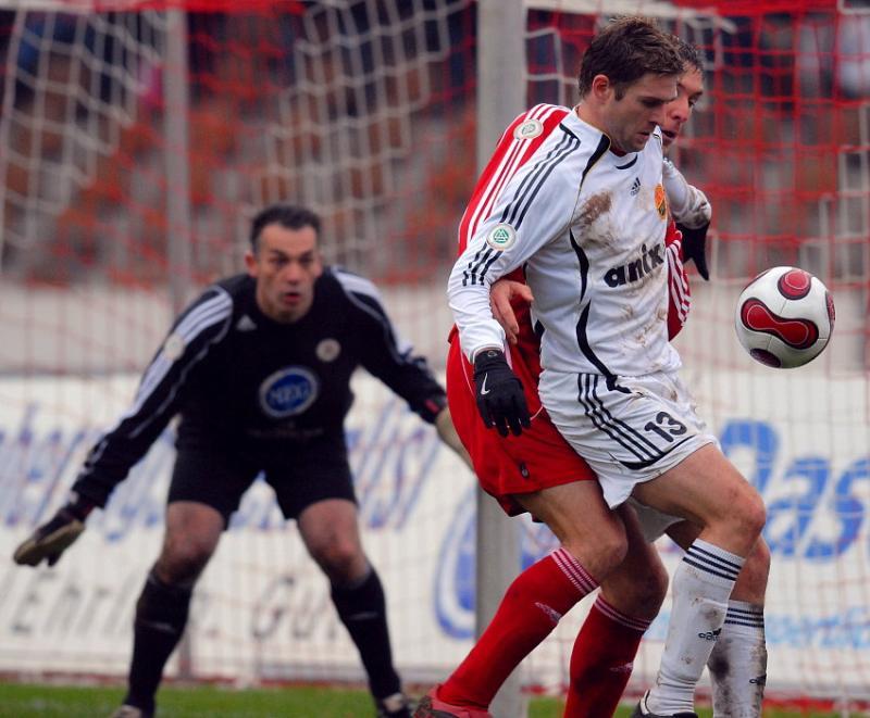 Oliver Adler beobachtet den Zweikampf zwischen Thorsten Sch�newolf (KSV Hessen Kassel) und Alexander Christ (FSV Ludwigshafen-Oggersheim)