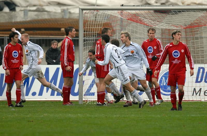 Der KSV geschockt: Gregory Strohmann (FSV Ludwigshafen-Oggersheim) (2.v.L.) bejubelt sein Treffer zum 1:1