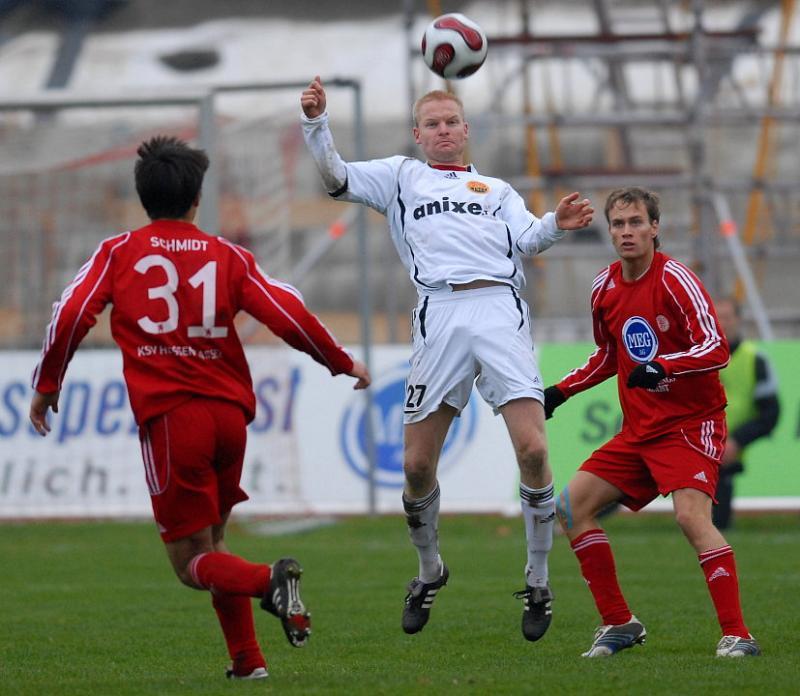 Sebastian Zinke (KSV Hessen Kassel) bestaunt die Ballannahme von Gregory Strohmann (FSV Ludwigshafen-Oggersheim)