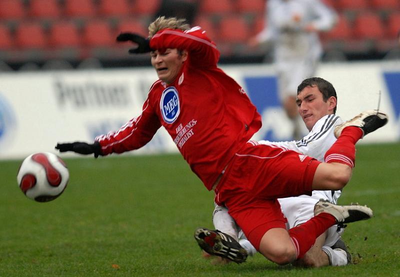 Martin Scholze (KSV Hessen Kassel) hier gegen  Thorsten Rei� (FSV Ludwigshafen-Oggersheim) traf kurz vor Schlu� nur den Pfosten