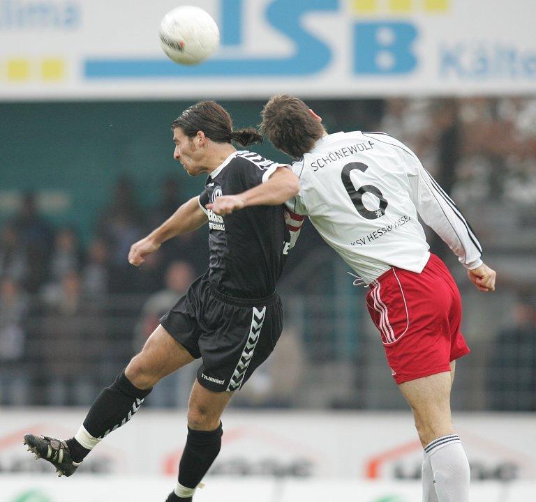 Kopfballduell Thorsten Sch�newolf (KSV Hessen Kassel) gegen Christoph Teinert (SV Wacker Burghausen, links)