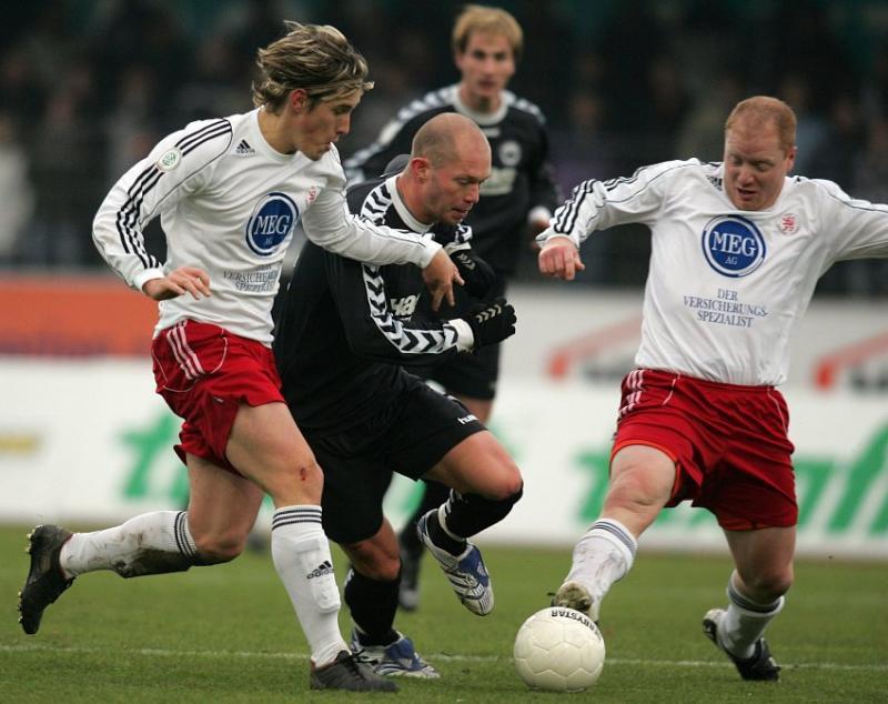 Jan Fie�er (L) und Sebastian Busch (KSV Hessen Kassel) gegen Florian Galuschka (SV Wacker Burghausen, mitte)