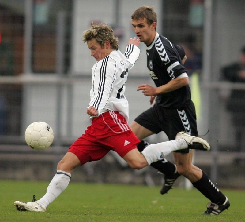 Heute vonn Anfang an dabei: Martin Scholze (KSV Hessen Kassel) hier gegen Daniel Rosin (SV Wacker Burghausen, hinten.)