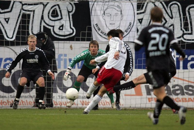 Warten auf den Schu� von Arne Schmidt (KSV Hessen Kassel): Josef Lastovka (SV Wacker Burghausen, links) und Torwart Manuel Riemann (SV Wacker Burghausen, mitte)