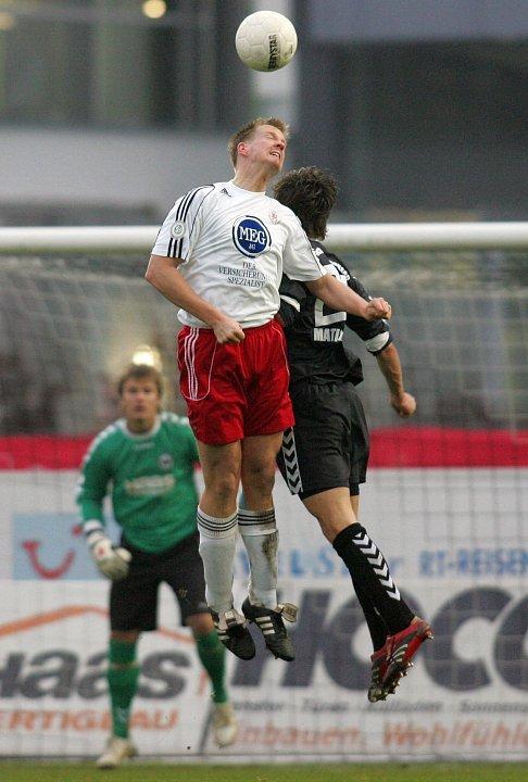 Thorsten Bauer (KSV Hessen Kassel) im Luftkampf mit Julian Matiasovits (SV Wacker Burghausen, rechts), Torwart Manuel Riemann (SV Wacker Burghausen, hinten)