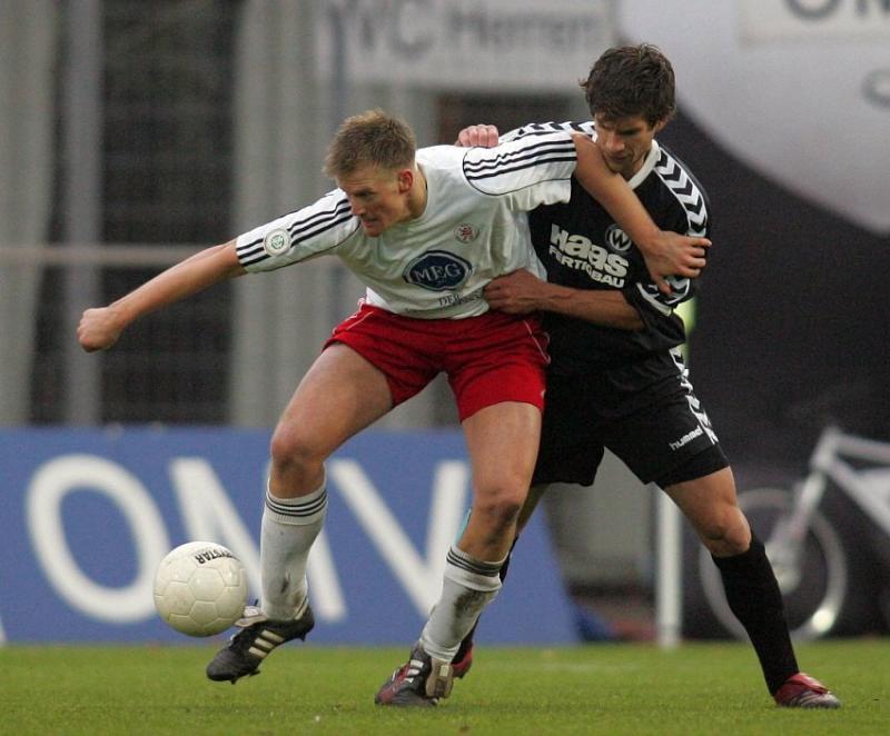 Thorsten Bauer (KSV Hessen Kassel) im Zweikampf gegen Julian Matiasovits (SV Wacker Burghausen, rechts)
