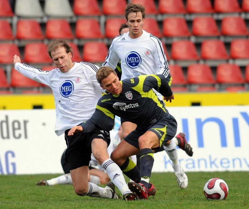 Christoph Keim (KSV Hessen Kassel) (L), Sebastian Zinke (KSV Hessen Kassel) (hinten) gegen Christian Haas (SSV Reutlingen)