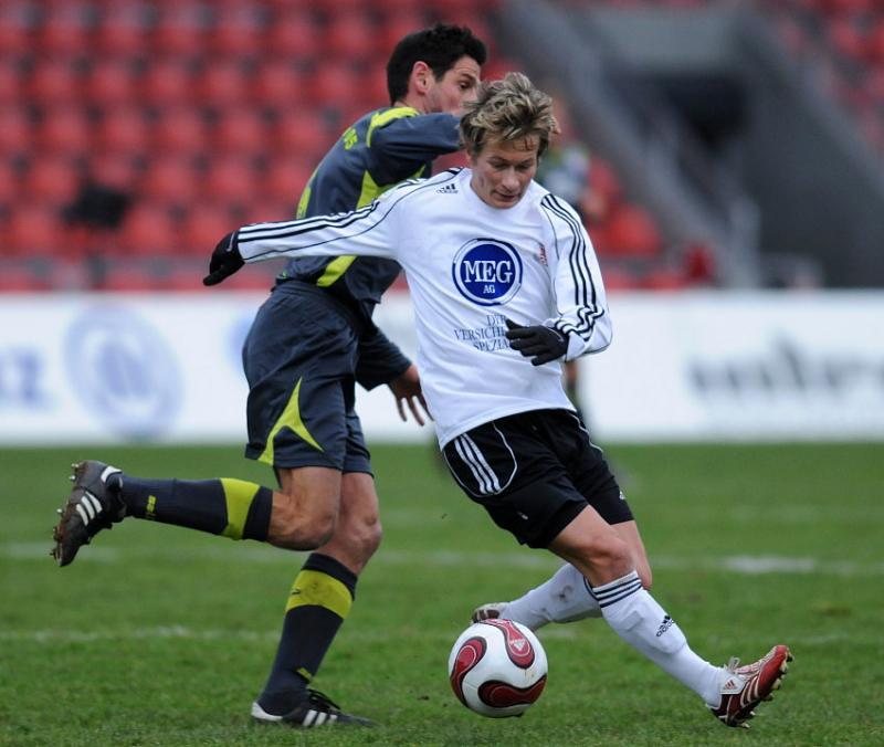 Zweikampf zwischen Martin Scholze (KSV Hessen Kassel) und Oliver Otto (SSV Reutlingen) (hinten)