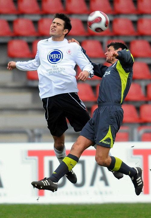 Arne Schmidt (KSV Hessen Kassel) im Kopfballduell mit Oliver Otto (SSV Reutlingen) (R)