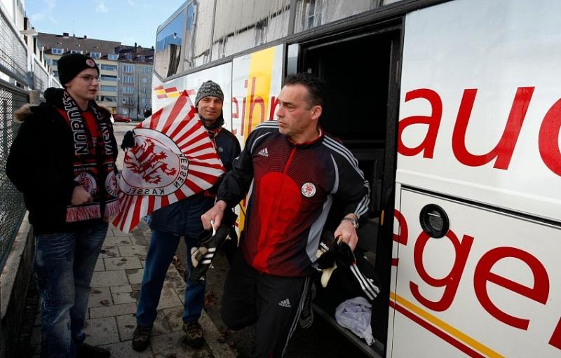 Heute wieder im Tor: Oliver Adler bei der Ankunft im Station