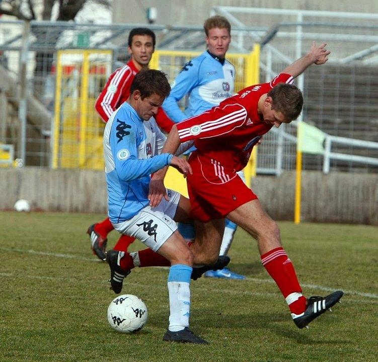 Im Kampf um den Ball, Tobias Willers (rechts)