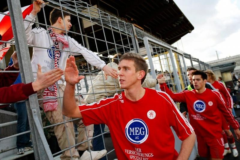 Tobias Willers (vorne) und Arne Schmidt bei den Fans nach dem Spiel