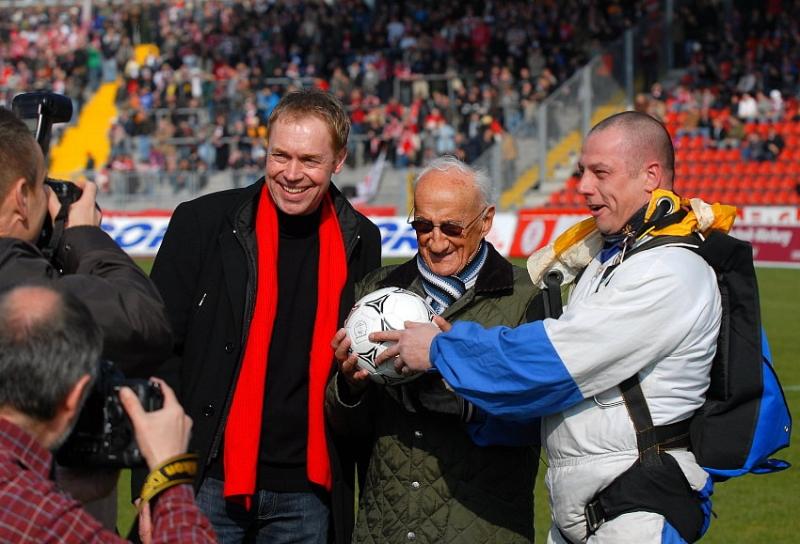 Der Spielball kam aus der Luft von einem Fallschirmspringer (rechts). Jochen Gabriel (KSV Vorstand, links), Erich Knote, �ltester KSV-Fan (Mitte)
