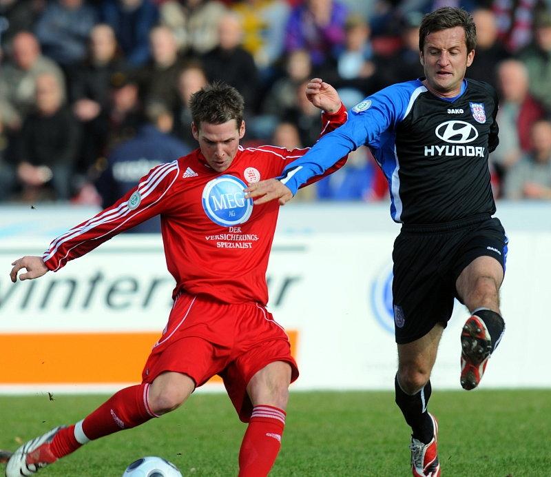 Kampf um den Ball zwischen Daniel M�ller (KSV Hessen Kassel) (L) und Thomas Sobotzik (FSV Frankfurt)