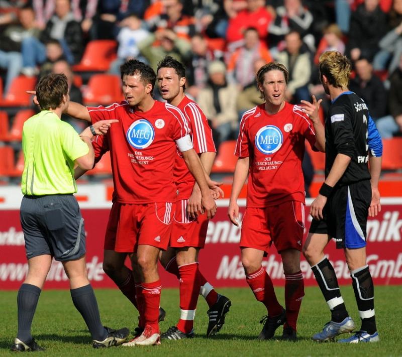 Diskussion mit Schiedsrichter Tobias Christ: Berger, K�mmerle, Fie�er (L-R)