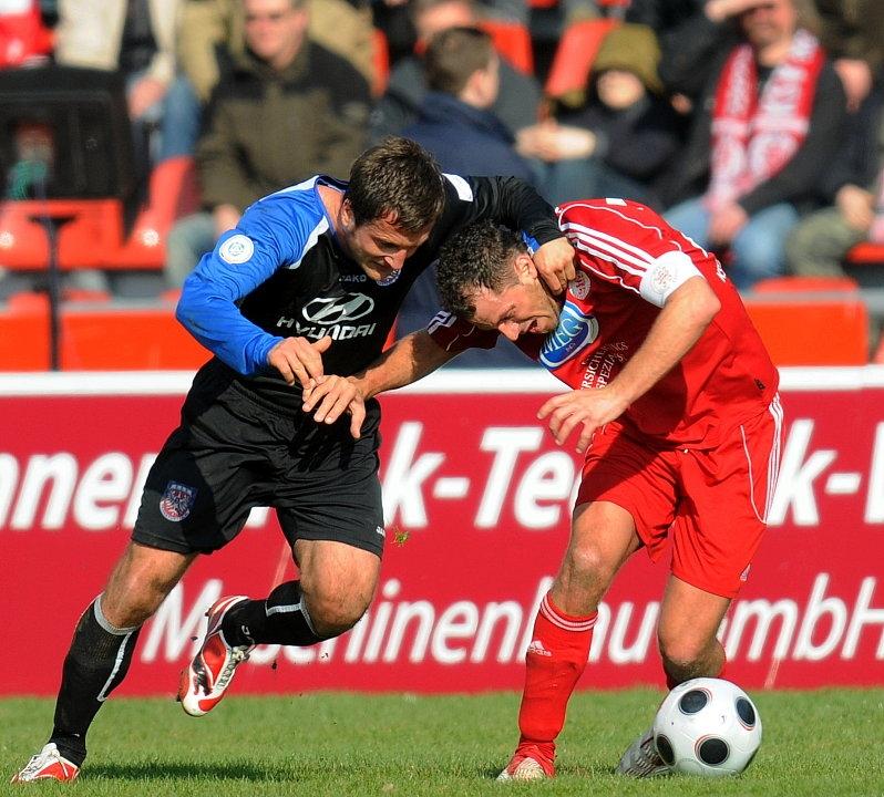 Zweikampf zwischen Thomas Sobotzik (FSV Frankfurt) (L) und Denis Berger (KSV Hessen Kassel) (R)