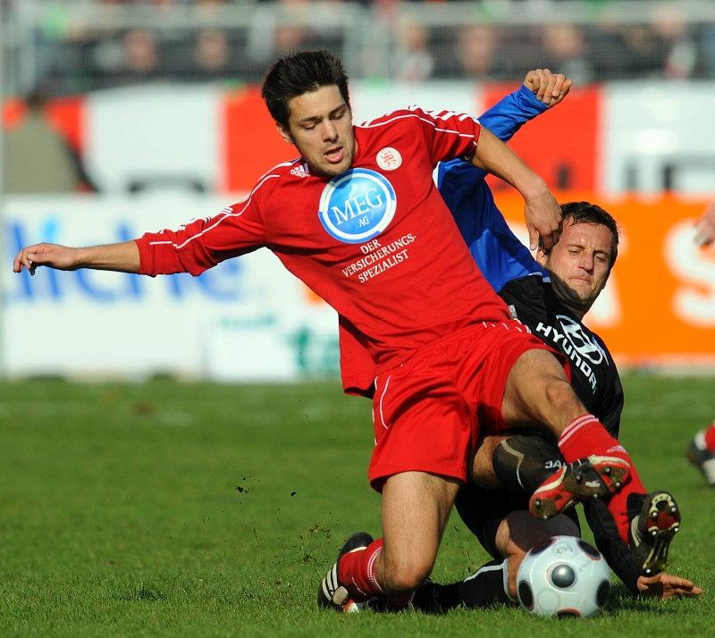 Arne Schmidt (KSV Hessen Kassel) im Zweikampf gegen Thomas Sobotzik (FSV Frankfurt) (hinten)