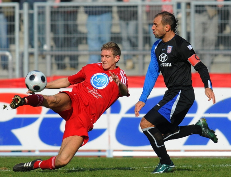 Tobias Willers (KSV Hessen Kassel) am Ball gegen Matias Cenci (FSV Frankfurt) (R)