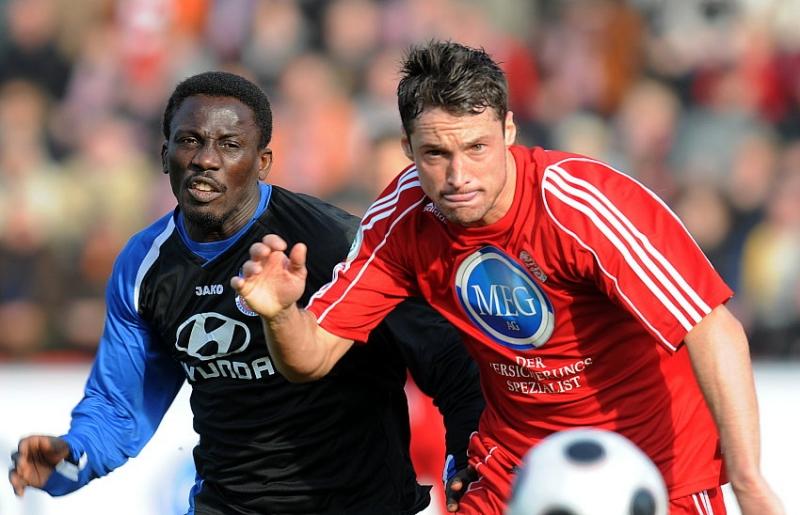 Lawrence Aidoo (FSV Frankfurt) gegen Michael K�mmerle (KSV Hessen Kassel) (R)