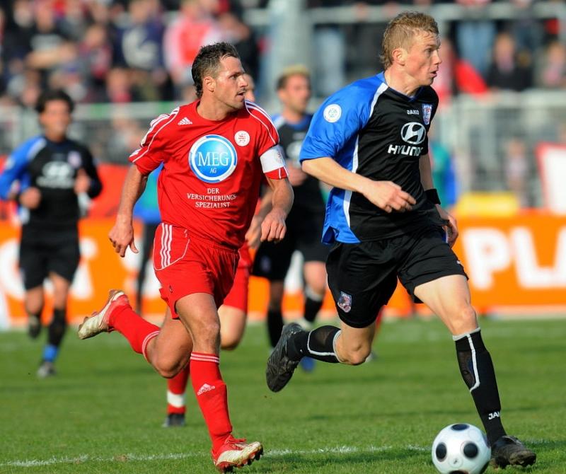 Denis Berger (KSV Hessen Kassel) (L) gegen Stefan Hickl (FSV Frankfurt)