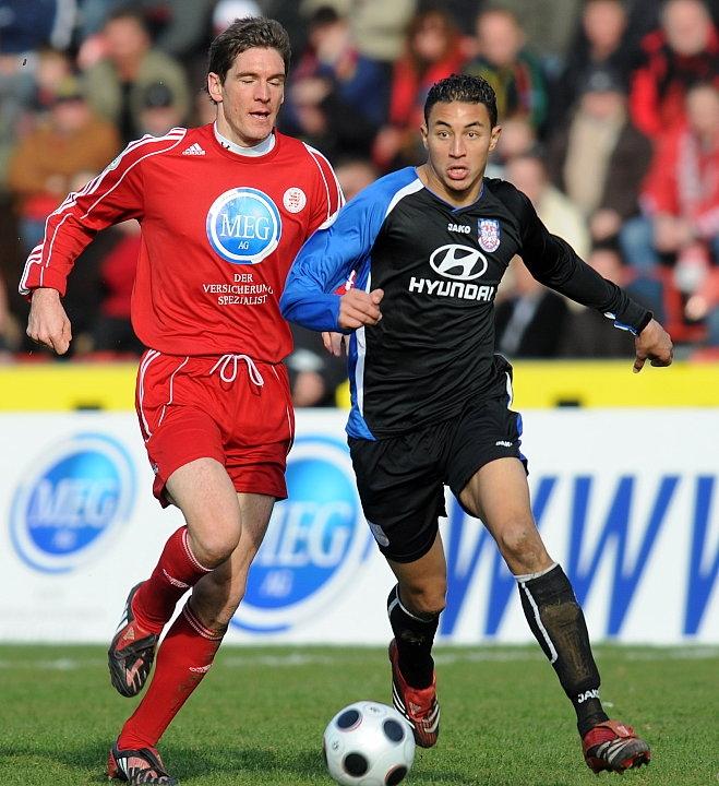 Zweikampf zwischen Thorsten Sch�newolf (KSV Hessen Kassel) (L) gegen Aziz Bouhaddouz (FSV Frankfurt)