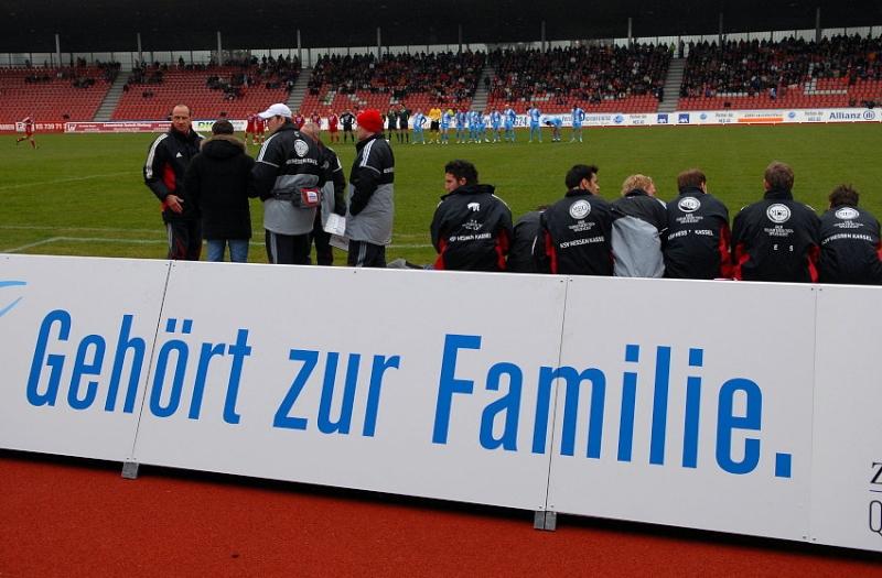 Geh�rt zur Familie, Matthias Hamann (Trainer KSV Hessen Kassel ) (L) und Spielerbank