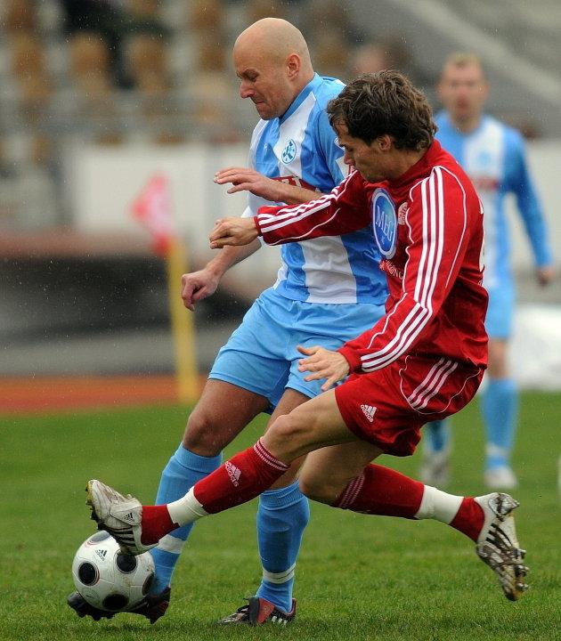 Zweikampf zwischen Sebastian Zinke (KSV Hessen Kassel) (vorne) und Alexander Rosen (Stuttgarter Kickers)