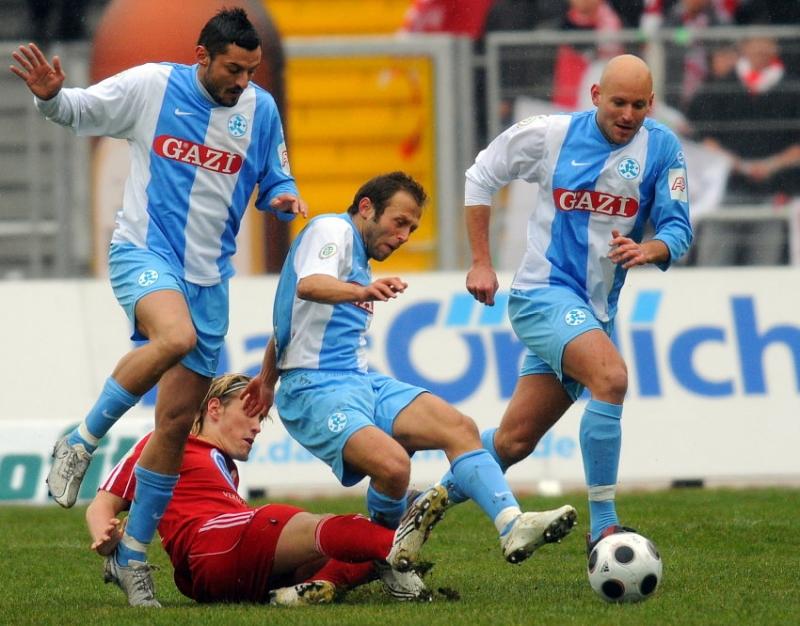 Kampf um den Ball: Angelo Vaccaro (Stuttgarter Kickers), Mustafa Akcay (Stuttgarter Kickers), Alexander Rosen (Stuttgarter Kickers) (L-R), Jan Fie�er (KSV Hessen Kassel) (am Boden)