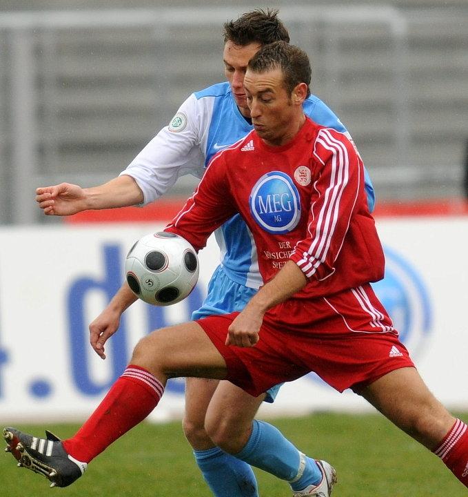 Zweikampf zwischen Andreas Haas (KSV Hessen Kassel) (vorne) und Marcus Mann (Stuttgarter Kickers)