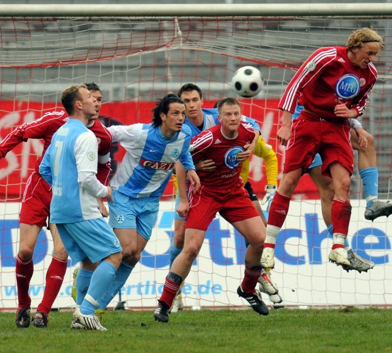 Gefahr im Kickersstrafraum: Thorsten Bauer (KSV Hessen Kassel) (M), Daniel Beyer (KSV Hessen Kassel) (R), Sascha Benda (Stuttgarter Kickers) (L), Sokol Kacani (Stuttgarter Kickers) (3.v.L.)