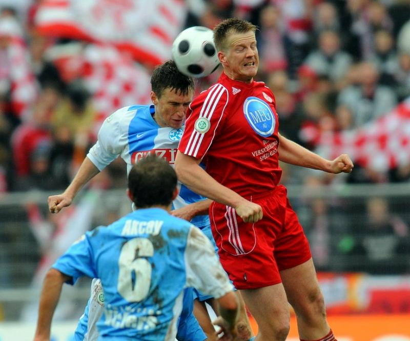 Im Kopfballduell Thorsten Bauer (KSV Hessen Kassel) (R) und Marcus Mann (Stuttgarter Kickers), Mustafa Akcay (Stuttgarter Kickers) schaut zu