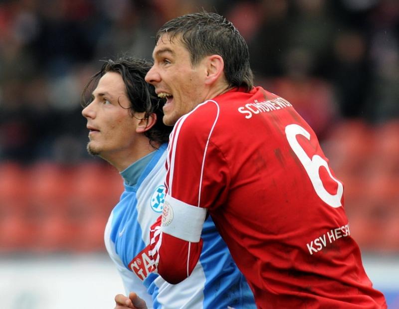 Torsch�tzrn unter sich: Thorsten Sch�newolf (KSV Hessen Kassel) (R), Sokol Kacani (Stuttgarter Kickers)