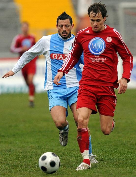 Zweikampf zwischen Sebastian Zinke (KSV Hessen Kassel) (vorne) und Angelo Vaccaro (Stuttgarter Kickers)