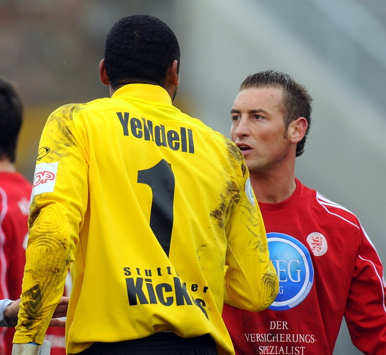 heftige Diskussion: David Yelldell (Torwart Stuttgarter Kickers) und Andreas Haas (KSV Hessen Kassel) (R)
