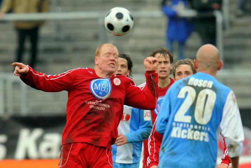 Sebastian Busch (KSV Hessen Kassel) am Ball: Angelo Vaccaro (Stuttgarter Kickers), Sebastian Zinke (KSV Hessen Kassel) (hinten)