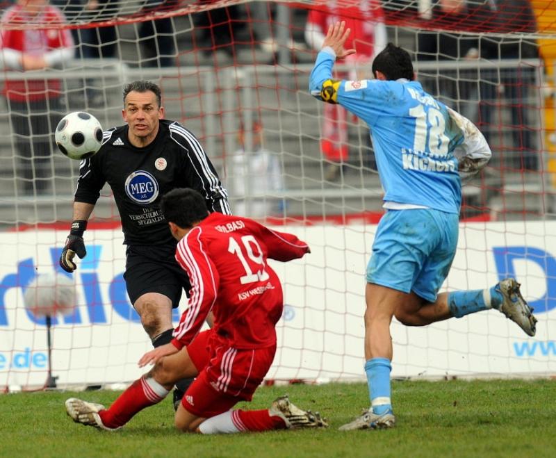 Angelo Vaccaro (Stuttgarter Kickers) (R) scheitert an Oliver Adler (Torwart KSV Hessen Kassel), Turgay G�lbasi (KSV Hessen Kassel) (M)