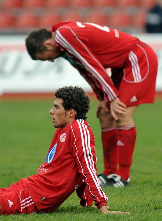 Serdar Bayrak (KSV Hessen Kassel) (vorne) und Andreas Haas (KSV Hessen Kassel) entt�uscht nach Spielende