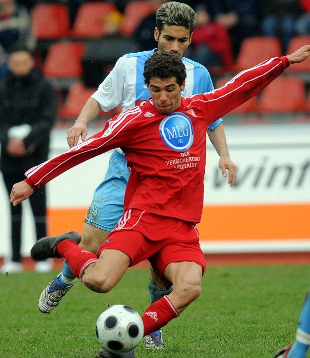 Serdar Bayrak (KSV Hessen Kassel) kommt zum Schu�, Mustafa Parmak (Stuttgarter Kickers) (hinten)