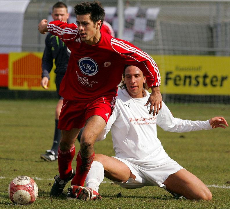 Kampf um den Ball zwischen David Jansen gegen Arne Schmidt (L).