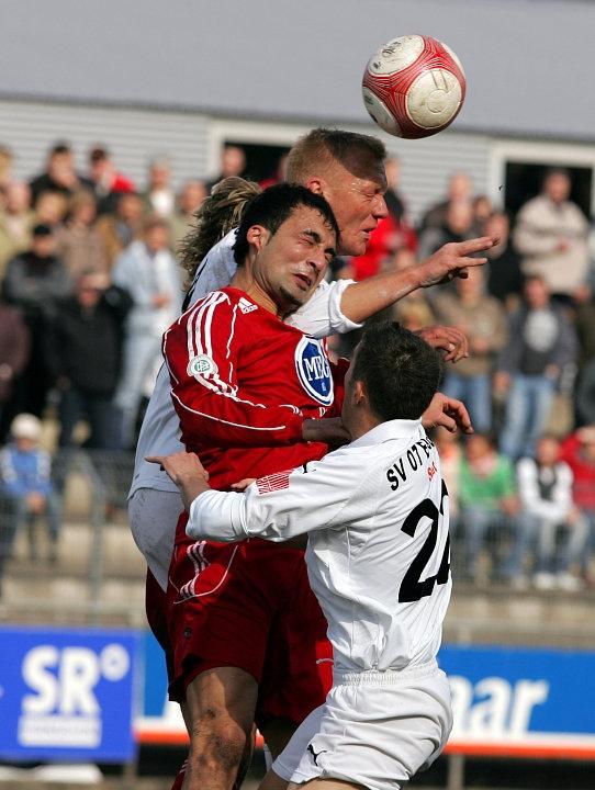 Kopfballduell zwischen dem  Elversberger Mehmet Dragusha, Turgay G�lbasi und hinten der Elversberger Marcus Feinbier